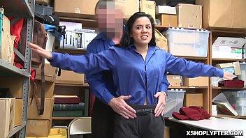 la rompe ropa le gimnacio de Teen caught perv peeping under dressing room